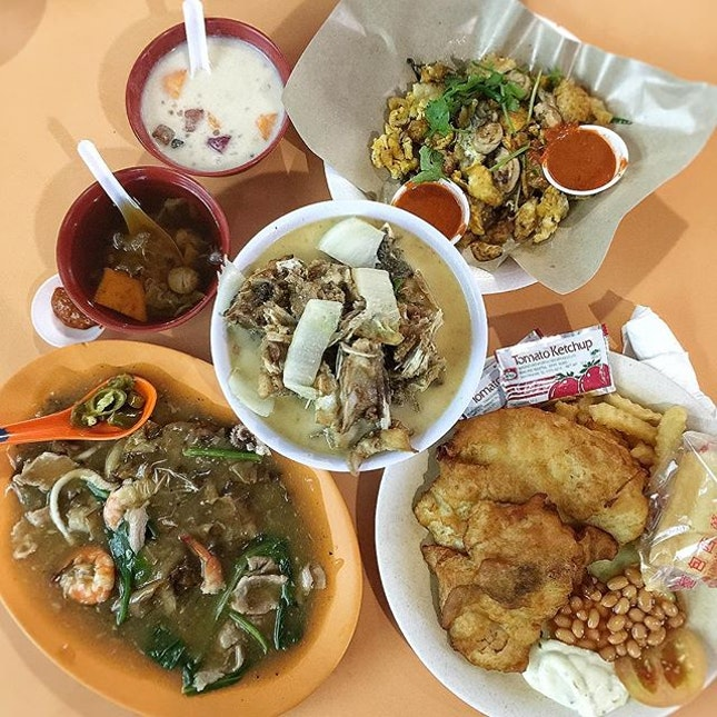 Having hawker feast at Old Airport Road hawker centre with Hor Fun ($4; 泉裕美煮炒), Fish Head Bee Hoon ($6; 华记XO 鱼头米粉), Oyster Egg ($6; Famous Old Airport Road Fried Oyster), Fish and chips ($6; Western Barbeque) and BuBur Cha Cha and Cheng Teng ($4.10; 三姑糖水).