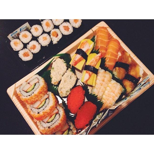 Dinnerz with sushiz 🍣🍣🍣 #sushi #salmon #dinner #sushitime