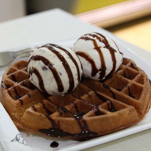 Horlicks and coconut ice cream with a waffle I got with @sugar_singapore for only $2!!