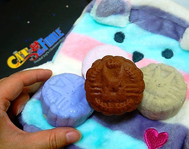 Known for it's online cheesecake shop, @catandthefiddlecakes has finally launched their cheesecake snowskin mooncake series ($68.80, 8 pcs with 2 of each flavour) as well as King of the Moon ($68.80 for 8 pcs of MSW Durian flavoue).