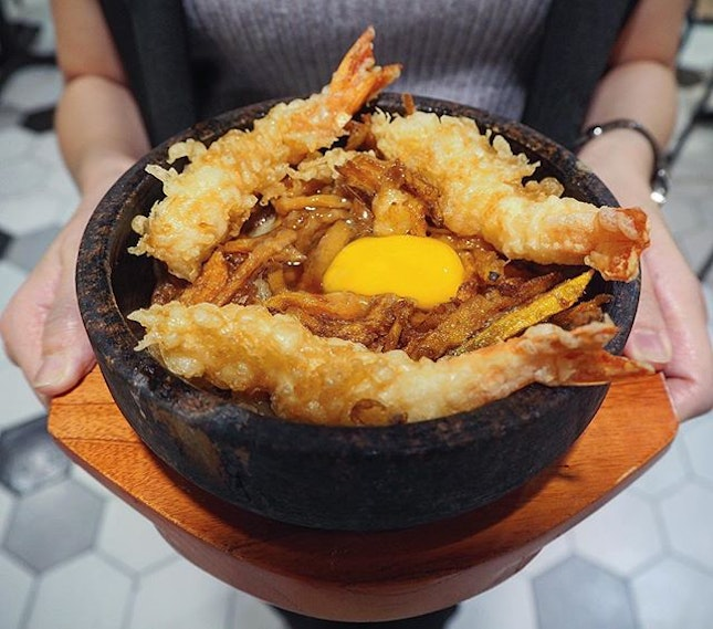 Rainy day calls for a piping Hot Stone Tendon ($11.80) with sexy onsen egg and crispy prawn kakiage 😌 Tendon is common but this should be the first ever hot stone concept.