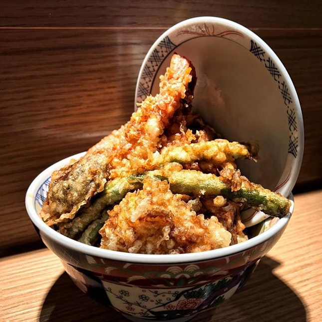 Spicy Tendon 🍤🍚 A generous bowl of golden battered tempura, yet I found the spiciness rather overwhelming.