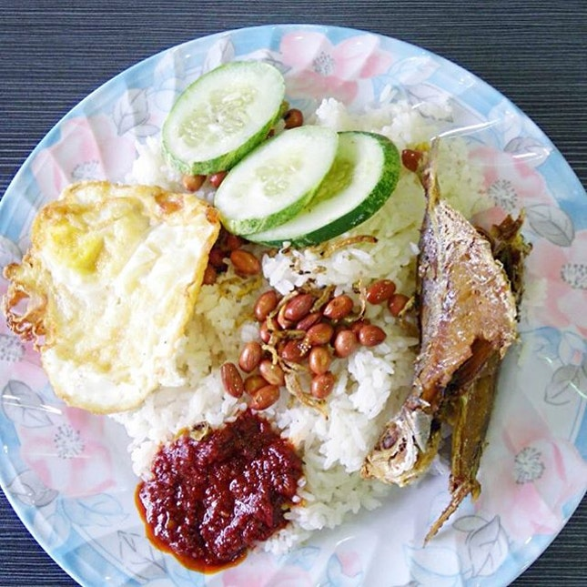 Nasi Lemak ($3.50) @ NTU Canteen 14, Malay Muslim Stall  What a disappointment.