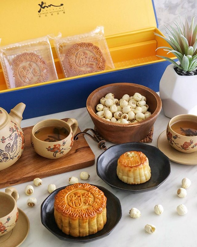 [GIVEAWAY] Other than the two new snowskin mooncake flavours, Xin Cuisine's bakes signatures like Mini Egg Custard with Yolk or Low Sugar White Lotus Seed Paste makes a great gift for friends and families.