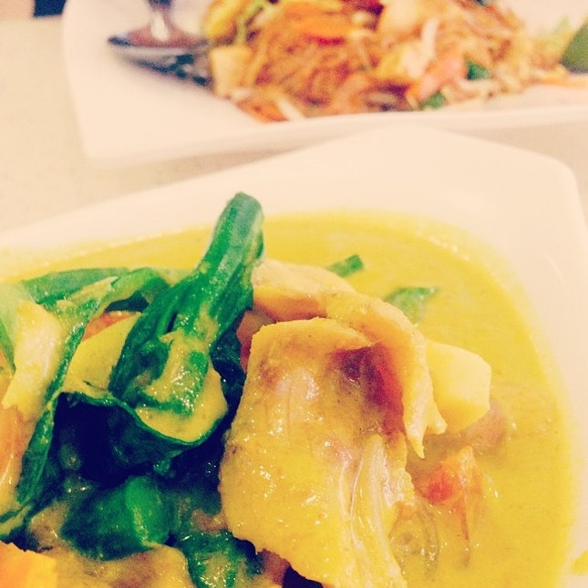 Green curry packs a punch that is more than spicy with crunch, and perfect fried vermicelli.