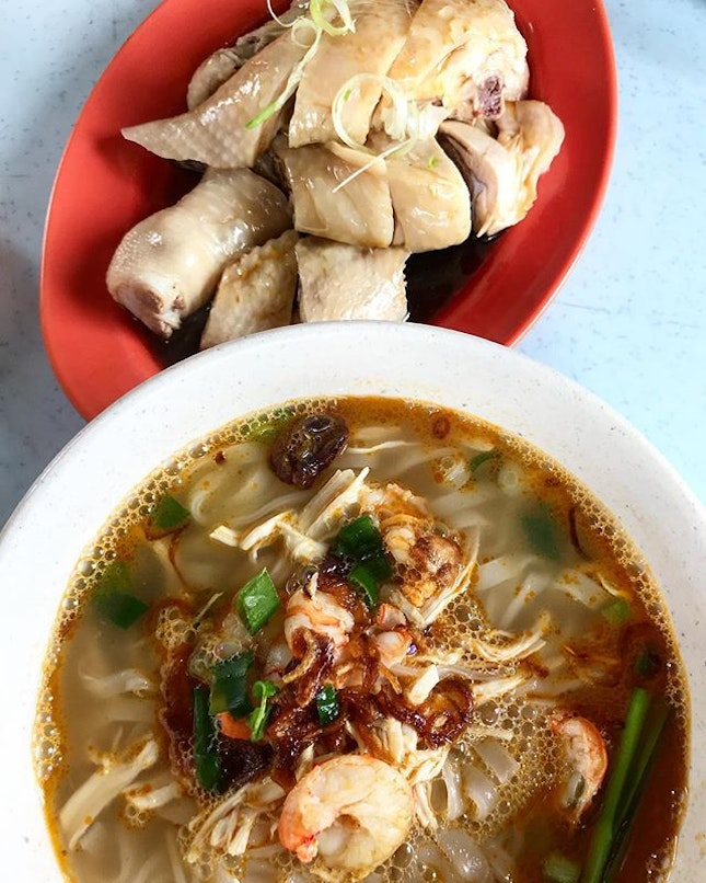 Awesome hor fun soup with smooth and tender chicken.