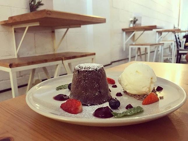 Chocolate molten cake .
