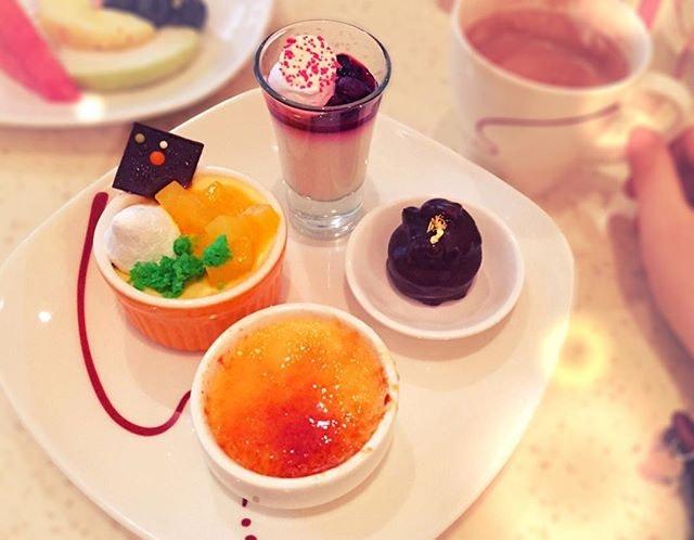 Incredible space for these💛 #cremebrûlée #pannacotta #flourlessdarkchoc #mangomousse  #dessert