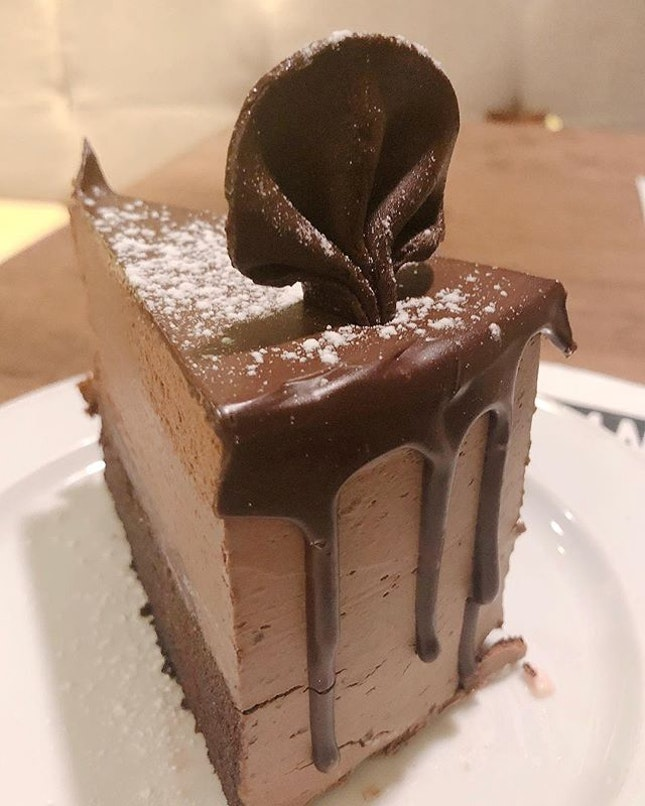 If you're a #chocoholic, this Dark Chocolate Explosion Drip #cake from Beanstro at Marina Bay Sands is for you.