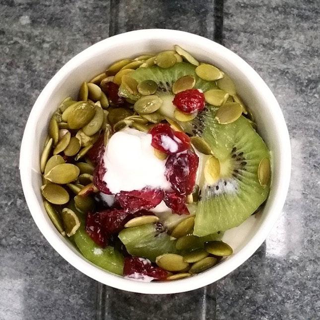 Frozen lemon🍋🍋 yoghurt with kiwis, cranberries, blueberries and generous topping of pumpkin seeds.