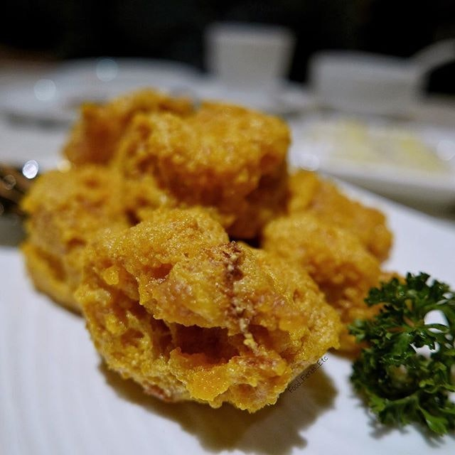 For some reason, I keep on getting drawn to order this Fried Jumbo Prawns with Salted Egg over and over.