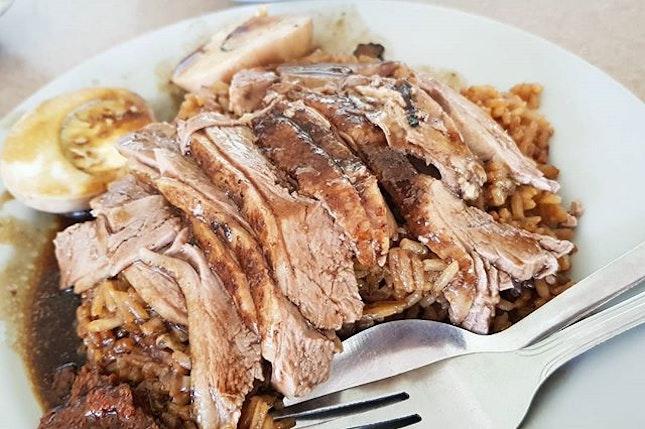 [财记起骨鸭饭粥] Be prepared for a long queue at Seah Im Food Centre for this affordable and homely plate of duck rice.