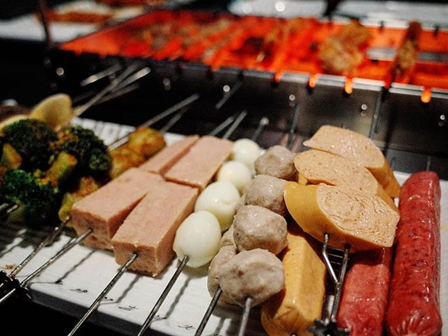 [The Hungry Caveman @thehungrycavemansg] Self-rotating skewers for the lazy eaters - technology for the win!