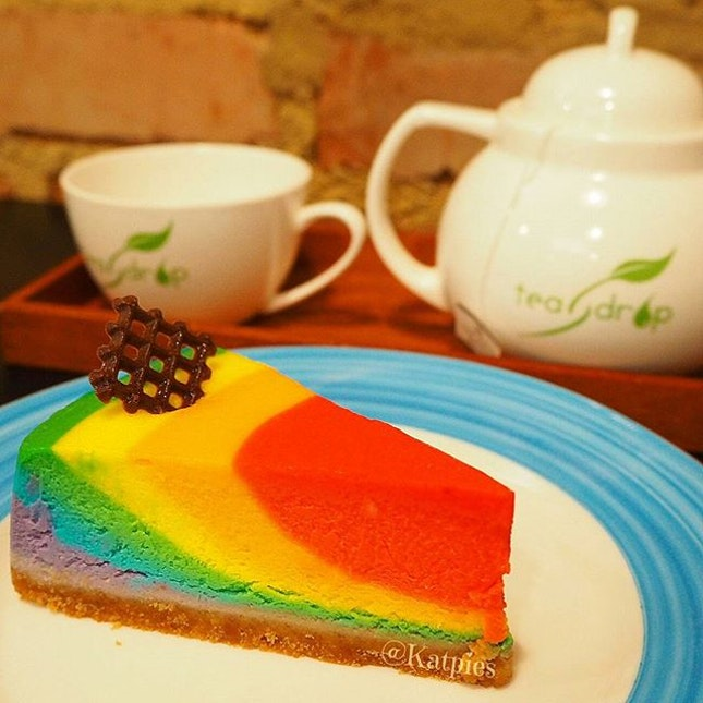 [FOODIES MEETUP - TIONG BAHRU FOOD TRAIL]  Third stop: Rainbow Cheese Cake and Premium Earl Grey Tea from PoTeaTo. What a visual treat!