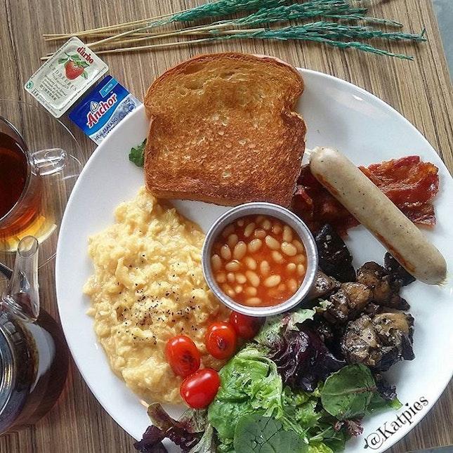 Full Tank (Bratwurst Sausage, Bacon, Scrambled Eggs, Mushrooms, Toast, Tomatoes, Baked Beans & Salad)(S$13.90).