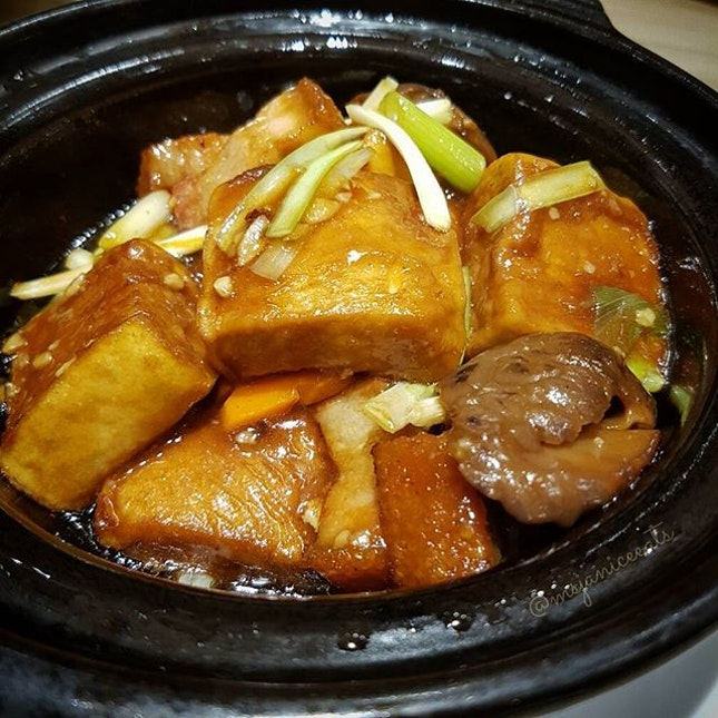 Braised Tofu with Shrimp Paste and Pork Belly in Claypot 虾酱火腩豆腐煲 ($14.80)🍜Any food that is cooked in a claypot always tastes so heavenly with a bowl of piping hot rice.