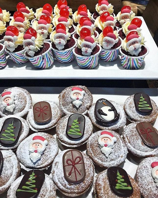 Merry Christmas everyone 🎉🎉🎉🎄#christmas #foodporn #cakeporn #cupcakes #foodies #burpple #whati8today