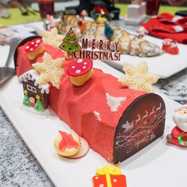 Strawberry Yogurt Yule Log, the perfect dessert to conclude a heavy meal.