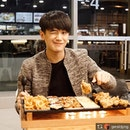 All smiles for the charming @geraldpng when he joined us for the tasting of NeNe Chicken's 50cm hotplate!