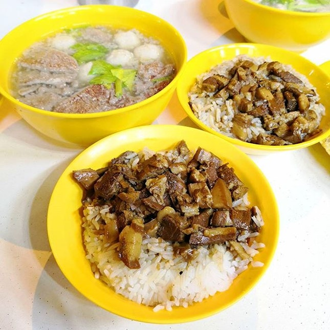 Shiok $1.80 卤肉饭 and delicious pig organ soup; Overall a good place to have a satisfying late night dinner/supper.