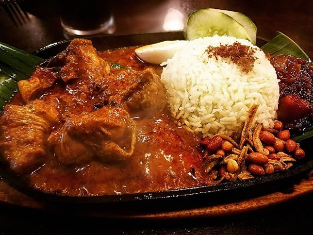 Sizzilingly addictive 😍😍😍 *Hot Plate Curry Chicken Nasi Lemak (served on sizzling hot plate) - RM12.80 ~never know nasi lemak is best served in piping hot plate, so hot & spicy  #nasilemak #sizzlinghotplate #aplusnasilemakhouse #kepongfoodhunt #burpple #burpplekl #hotandspicy