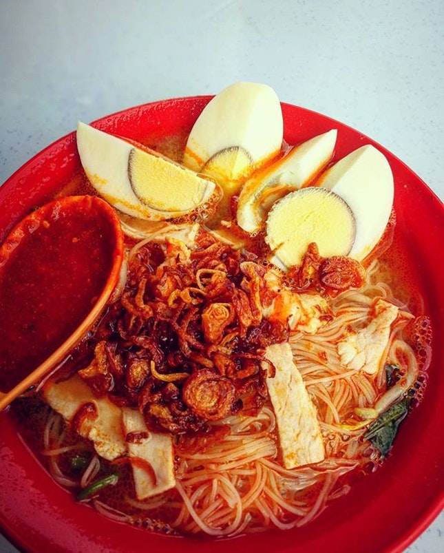 The key to an outstanding bowl of prawn mee lies in its soup, a good soup which can leave you slurping till the last bit..