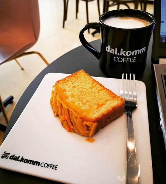 Take a little time for tea  Hojicha latte Salted egg yolk pound cake  #dalkomm #dalkommmalaysia #hojichalatte #saltedeggyolkpoundcake #burpplekl #burpple #teatime #teatime☕️ #plazaarkadia