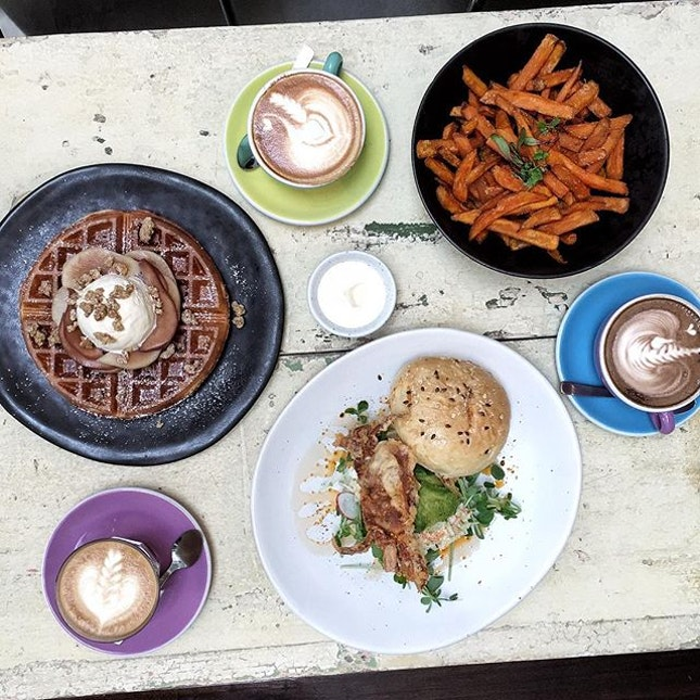 If you're looking for a chill place this weekend (mid price range) you should seriously consider @curiouspalette 🌞💕 we sat for almost an hour just chilling after we finished our food just coz.