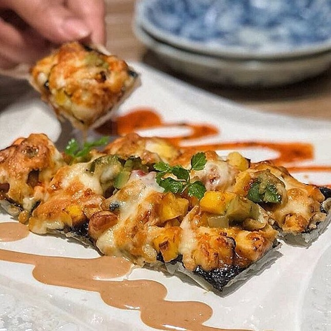 @amiami.sg Sushi Pizza ($17.80++) Fragrant sushi rice slapped on thin spring roll skin, topped with melted mozzarella and Gouda cheese together with a generous portion of mixed sashimi, flying fish roe, omelette and avocado with spicy mayonnaise.