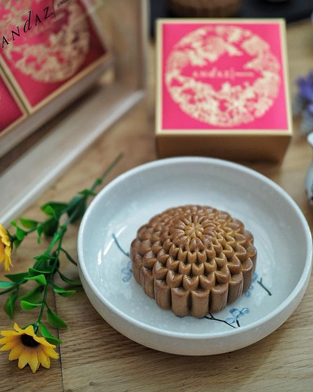 @andazsingapore has launched its Andaz Baked Mooncake Quartet Collection that is available from 1 Aug to 24 Sept 2018 at S$73 nett.