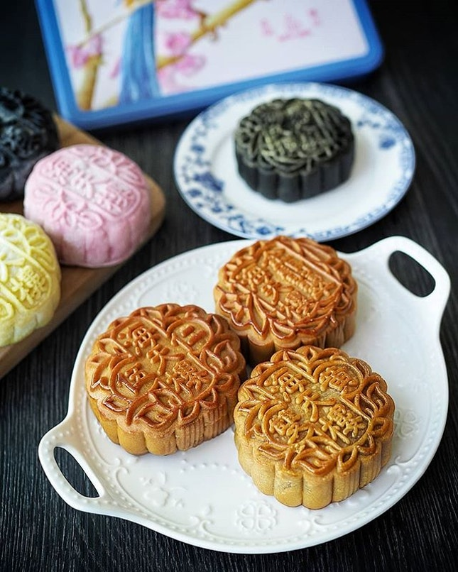 Hai Tien Lo @pannpacificsingapore collaborates with two alumni artist from Pathlight School's Artist Development Programme to create the limited edition mooncake gift box, mooncake carrier bag and tote bag this year.