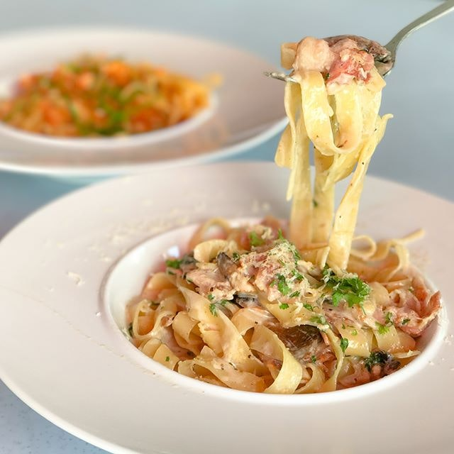 Creamy bacon & mushroom fettuccine [$9.50] Bacon, button mushrooms topped with fresh parsley and freshly grated Parmesan cheese tossed in a cream sauce based pasta.
