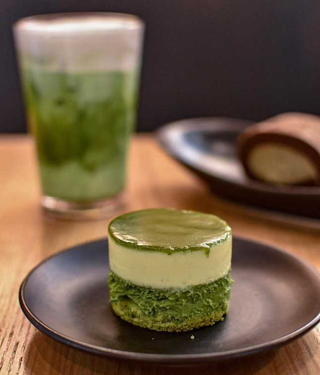 1️⃣Green tea double cheesecake[6500krw ~> $7.80]  Like a dual fromage cheesecake with two distinct layers of green tea flavoured cheesecake and original cheesecake that topped with a thin layer of green tea ganache, coupled with a base of green tea sponge (swipe to view).