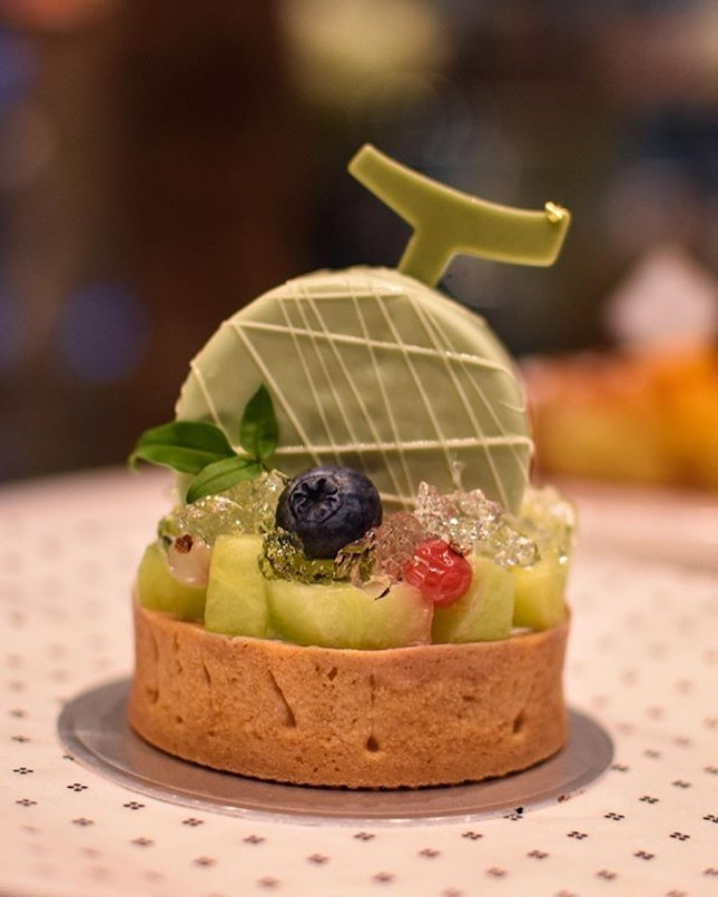 1️⃣Melon tart [7800KRW ~> $9.40] Intricately decked with a copious amount of diced melon cubes, this melon tart is topped with mini 'melon', which encases an interior of fresh cream, vanilla sponge and melon gelée (swipe to view).