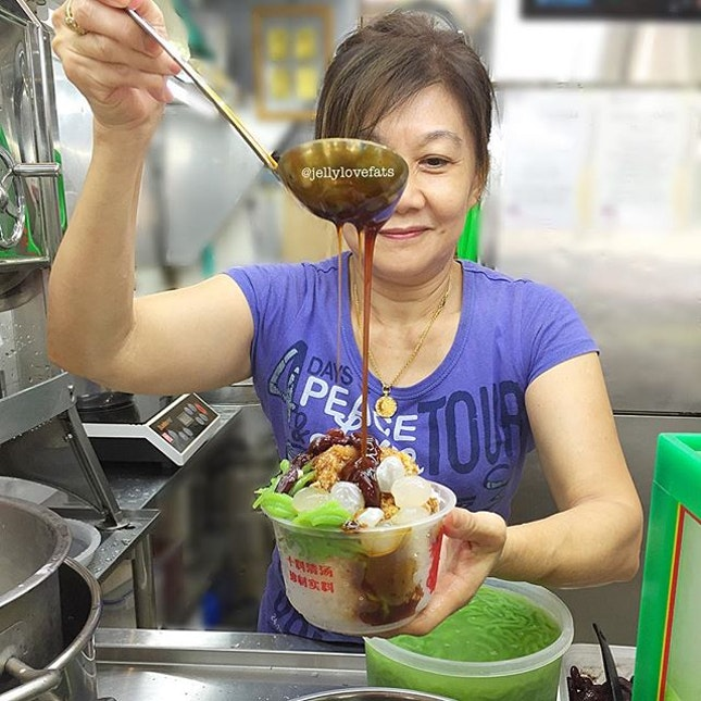 [jelly星期六] Look at this captivating shot of auntie preparing our chendol dessert!