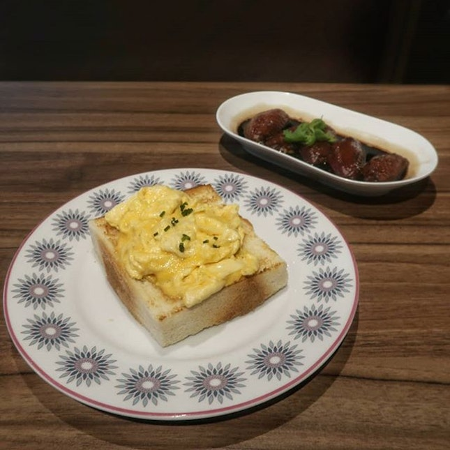 When I first laid eyes on the Scrambled Eggs on Toast ($6.90++), I thought how the scrambled egg actually had a quite a striking resemblance to a fried omelette.