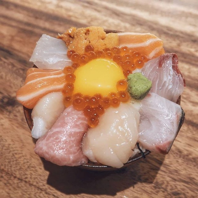 One look at this Tokubetsu Chirashi Don ($35++) and you can tell that it's going to be good 😋😋😋 There's salmon, amberjack, scallop, fatty tuna, sea urchin, sea bream, striped jack, salmon roe which surrounds a raw egg yolk nestled in the center.