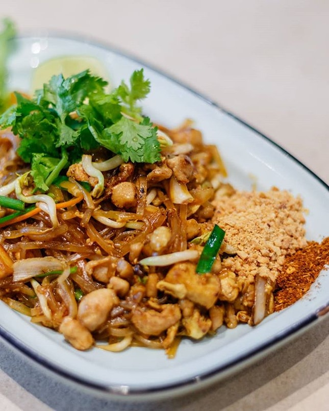 Returned to Kra Pow as I was around the area; the last time I visited the Drunkard Pork Noodles set an impression, and I decided to try something different yet forever familiar this time: Pad Thai ($9.90).