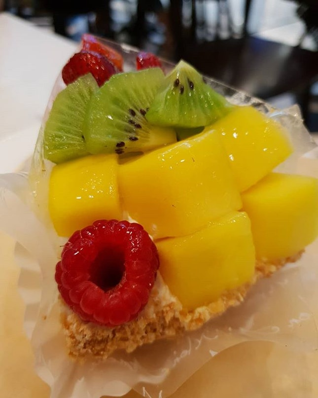 Bonjour ~ nice fruit pastry to wrap up what's call a perfect dinner.