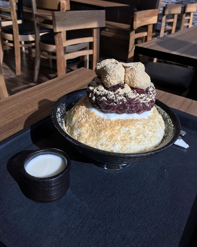 Today's weather got me dreaming of this bowl of bingsu 🤤  Though there's a Hougang-exclusive flavor (thai milk tea), I still played safe and had pat bingsu ($12.90).