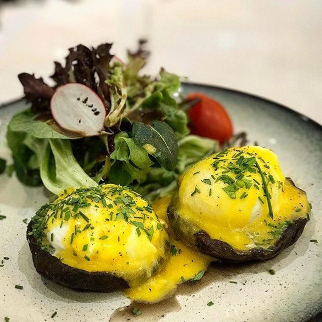 one of the better eggs benedict in town ❤️ .