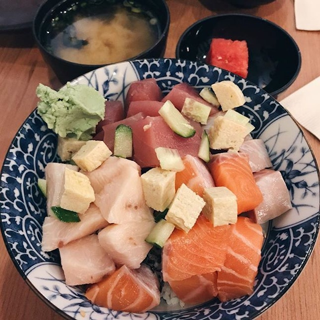 """bara chirashi don — manzoku nvr fails to shock me with their generous thick slices of fish, even when it's bara :"""") it always tastes amazing."""