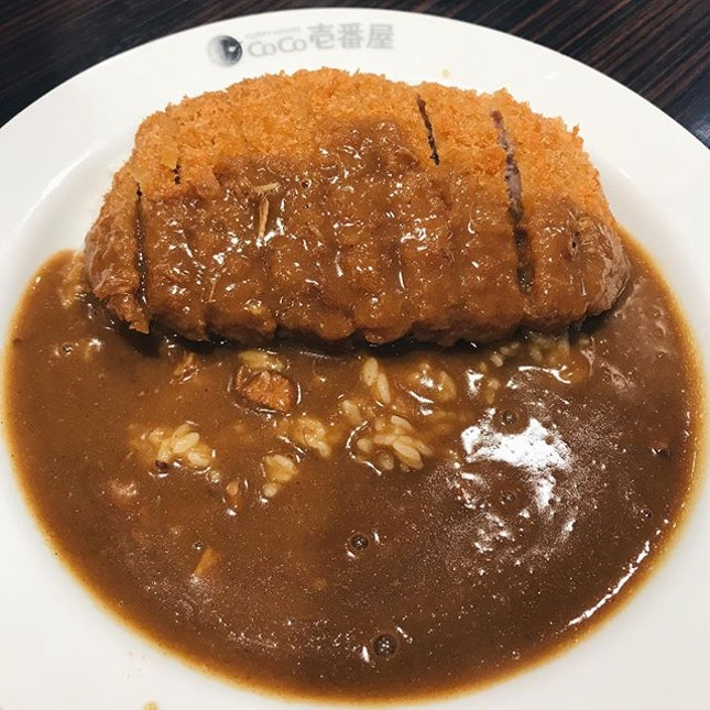 coco curry in japan is way better than sg for some reason; my fav is the pork cutlet w cheese curry ~~~ the cutlet is fresh and crisp with tender and succulent meat within.