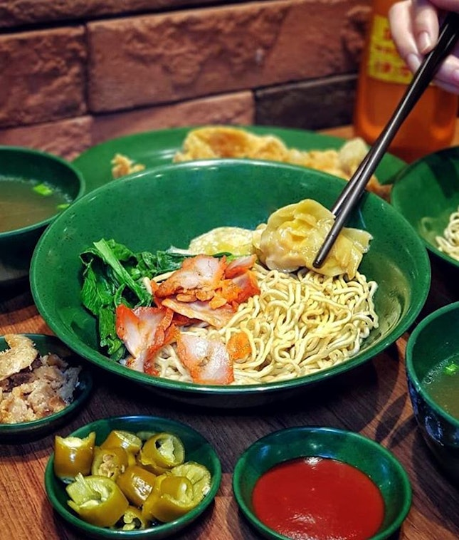 Wanton Mee in a green bowl?