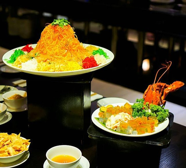 Lobster Yusheng with Bird Nest (龙虾燕窝鱼生) Toss to abundance and fortune with the heavenly combination of the luxurious lobster meat and the nourishing goodness of bird nest!