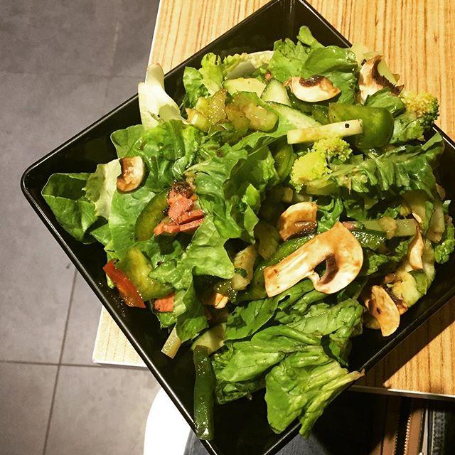 Great Wall ($11.50) 🌱 Romaine Lettuce, Roast Beef, Broccoli, Celery, Capsicum, Mushroom, Hoisin Vinaigrette Dressing.