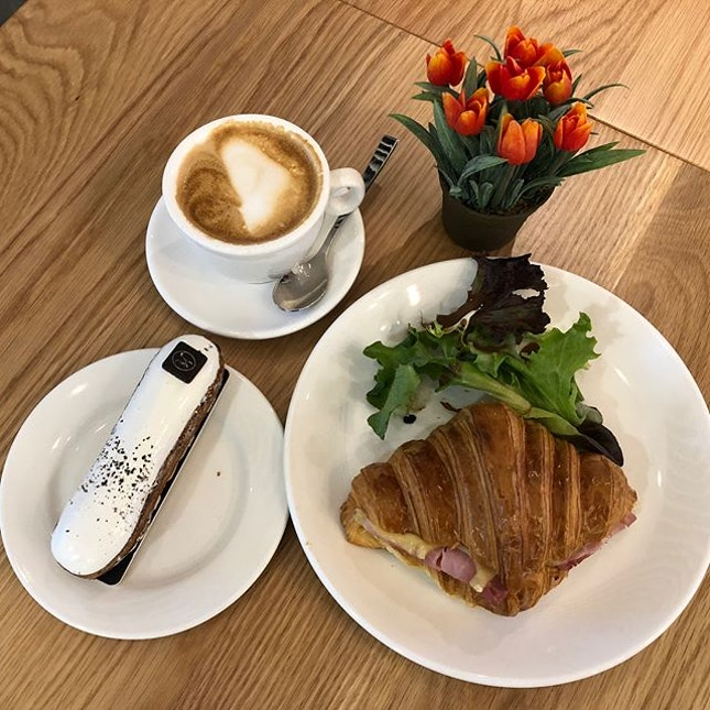 Light Lunch Set ($12.50) - Ham & Cheese Croissant + Vanilla Eclair + $1.80 for upgrade to Flat White 🥐 The croissant was really crispy & flaky the way I love it to be 😘 Vanilla Eclair was light & not too sweet 👍🏻 The Flat White was rather light 🙂 ☕️ Overall still a good option with this outlet newly opened at Suntec City Level 2 🍮  #burpple