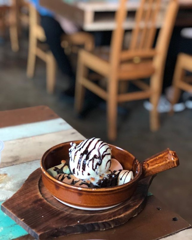 Your last chance to visit this colorful yet nostalgic cafe as next week is the last week of its operation due to change of management 🤔 🍮 Warm brownie with toasted marshmallows & a scoop of vanilla ice cream ($9) 🍨 #burpple