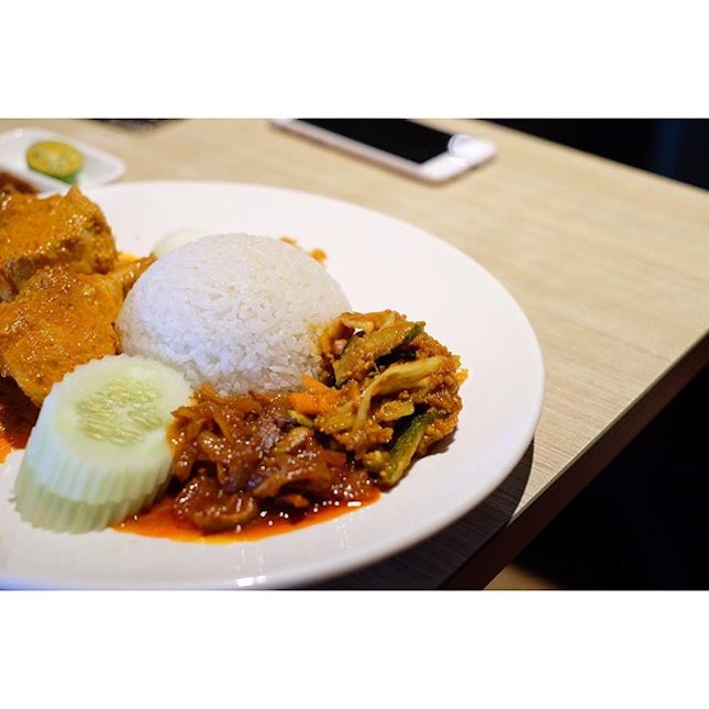 This is one of Singapore's favourite #breakfast, #NasiLemak.