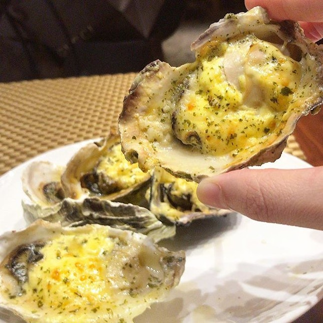 Plump, juicy cheese-baked oysters from @grandcopthornewaterfront Food Capital's buffet to start off the Yuletide feast season.